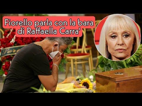 """Fiorello commosso davanti al feretro di Raffaella Carrà: """"Eccola qui, la regina"""""""