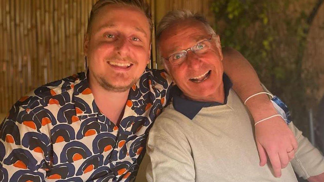 """Il figlio """"americano"""" di Paolo Bonolis in vacanza col papà a Formentera"""